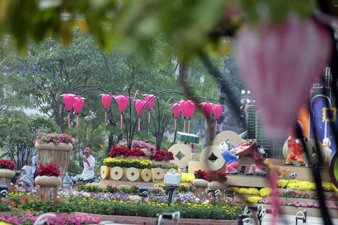 Hàng loạt linh vật Tết Mậu Tuất lộ diện trên phố đi bộ Nguyễn Huệ trước giờ G - 14