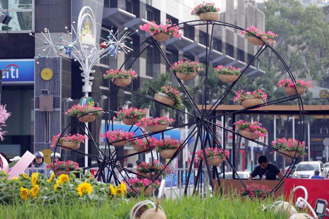 Hàng loạt linh vật Tết Mậu Tuất lộ diện trên phố đi bộ Nguyễn Huệ trước giờ G - 9