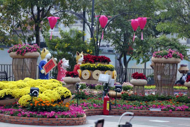 Hàng loạt linh vật Tết Mậu Tuất lộ diện trên phố đi bộ Nguyễn Huệ trước giờ G - 8