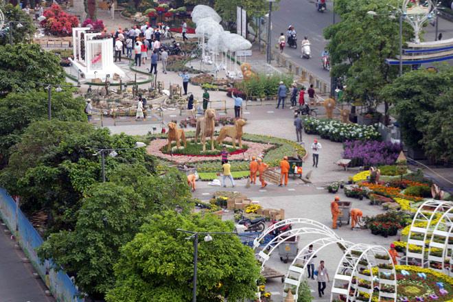 Hàng loạt linh vật Tết Mậu Tuất lộ diện trên phố đi bộ Nguyễn Huệ trước giờ G - 17