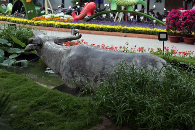 Hàng loạt linh vật Tết Mậu Tuất lộ diện trên phố đi bộ Nguyễn Huệ trước giờ G - 15