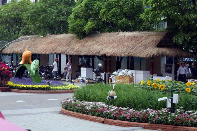 Hàng loạt linh vật Tết Mậu Tuất lộ diện trên phố đi bộ Nguyễn Huệ trước giờ G - 16