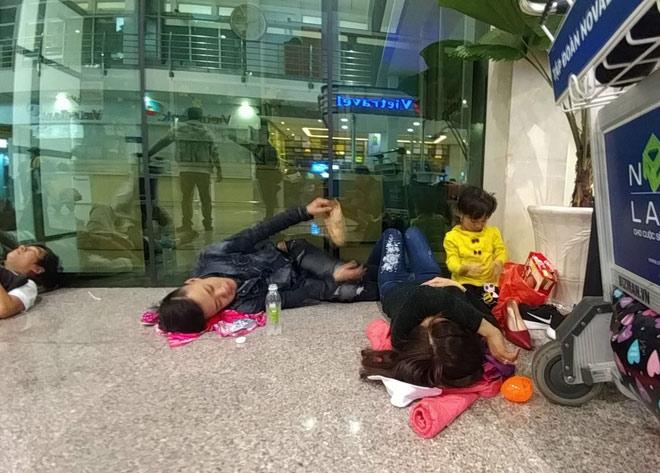 """Nghìn người """"hành xác"""" ở sân bay Tân Sơn Nhất rạng sáng 27 Tết - 5"""