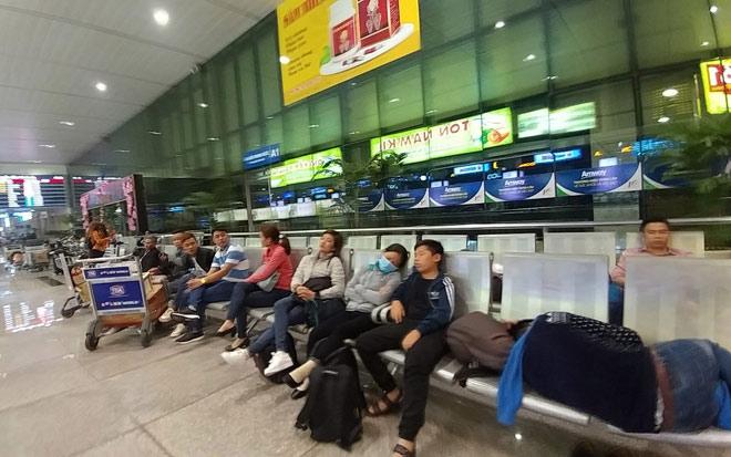 """Nghìn người """"hành xác"""" ở sân bay Tân Sơn Nhất rạng sáng 27 Tết - 4"""