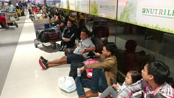 """Nghìn người """"hành xác"""" ở sân bay Tân Sơn Nhất rạng sáng 27 Tết"""