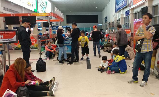 """Nghìn người """"hành xác"""" ở sân bay Tân Sơn Nhất rạng sáng 27 Tết - 2"""