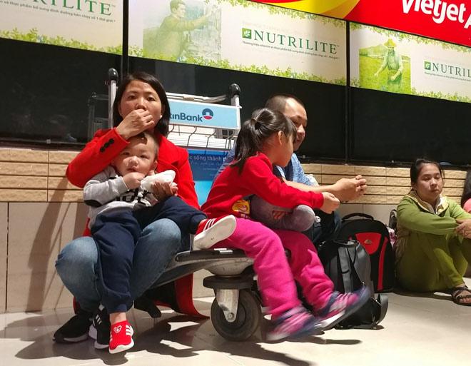"""Nghìn người """"hành xác"""" ở sân bay Tân Sơn Nhất rạng sáng 27 Tết - 3"""