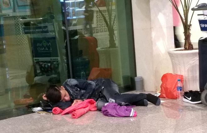 """Nghìn người """"hành xác"""" ở sân bay Tân Sơn Nhất rạng sáng 27 Tết - 9"""