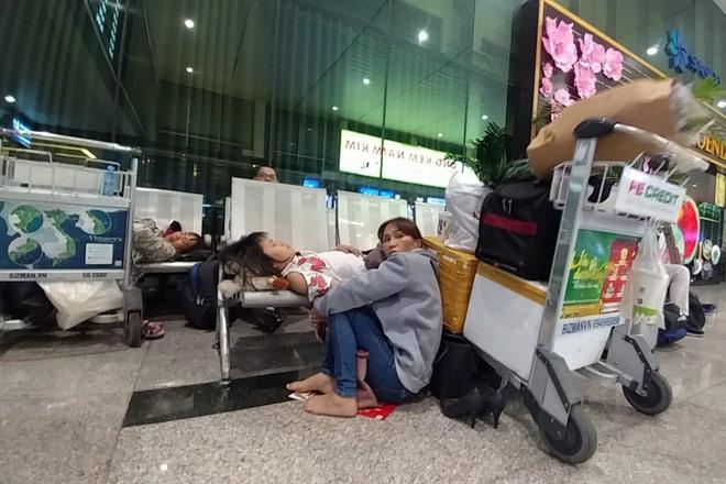 """Nghìn người """"hành xác"""" ở sân bay Tân Sơn Nhất rạng sáng 27 Tết - 12"""