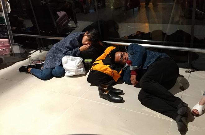 """Nghìn người """"hành xác"""" ở sân bay Tân Sơn Nhất rạng sáng 27 Tết - 10"""