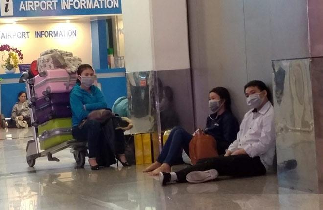 """Nghìn người """"hành xác"""" ở sân bay Tân Sơn Nhất rạng sáng 27 Tết - 11"""