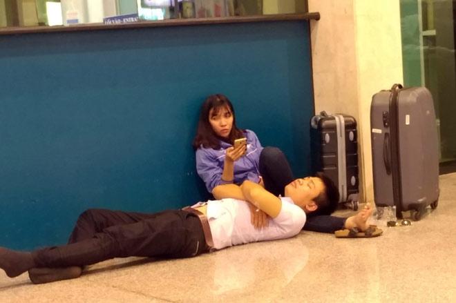 """Nghìn người """"hành xác"""" ở sân bay Tân Sơn Nhất rạng sáng 27 Tết - 8"""