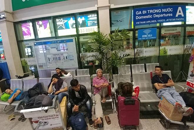 """Nghìn người """"hành xác"""" ở sân bay Tân Sơn Nhất rạng sáng 27 Tết - 6"""
