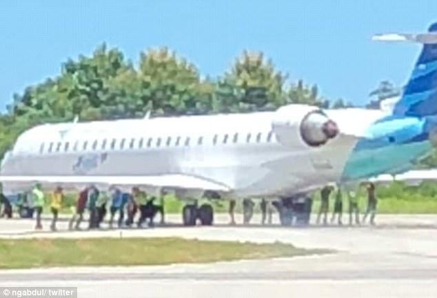20 người đẩy máy bay 36 tấn như không ở Indonesia - 1