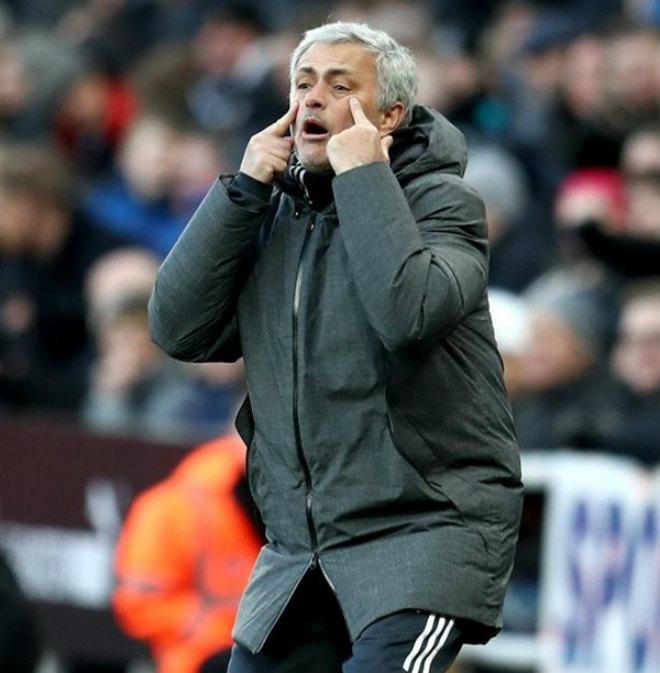 MU thua sốc, đội hình khủng hoảng toàn diện: Mourinho bán gấp 4 SAO - 2