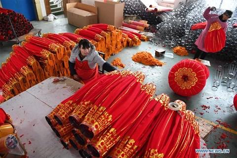 Rực rỡ sắc đỏ Tết Nguyên đán tại làng nghề Trung Quốc - 2