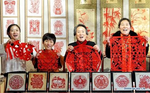 Rực rỡ sắc đỏ Tết Nguyên đán tại làng nghề Trung Quốc - 7