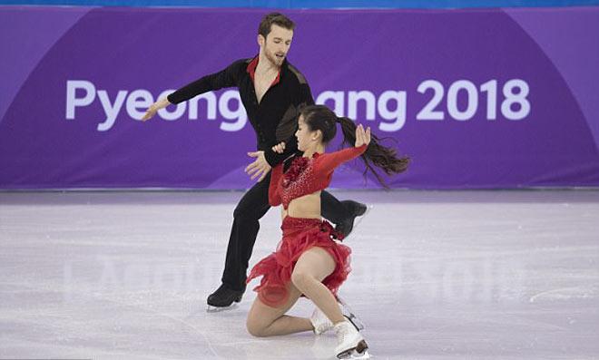 """""""Đỏ mặt"""" Olympic mùa đông 2018: Mỹ nhân đứt cúc áo, """"thả rông"""" thi đấu tiếp 6"""
