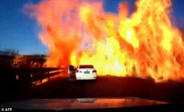 TQ: Hãi hùng lửa bùng lên từ xe bồn xăng đổ thiêu mọi thứ trên cao tốc - 1