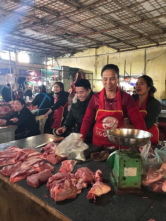 Chợ quê xôn xao khi trung vệ Tiến Dũng phụ mẹ bán thịt heo - 2