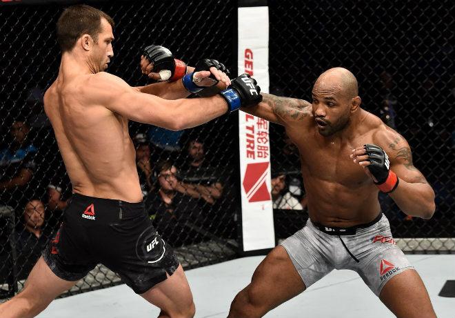"""UFC: Hạ knock-out trời giáng & trao nụ hôn """"thần chết"""""""