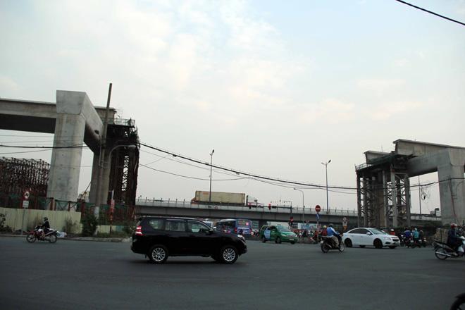 Đường cong uốn lượn của metro đầu tiên ở SG sau 6 năm thi công - 5