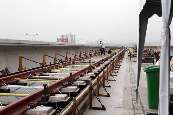 Đường cong uốn lượn của metro đầu tiên ở SG sau 6 năm thi công - 7