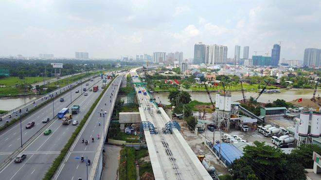 Đường cong uốn lượn của metro đầu tiên ở SG sau 6 năm thi công - 14