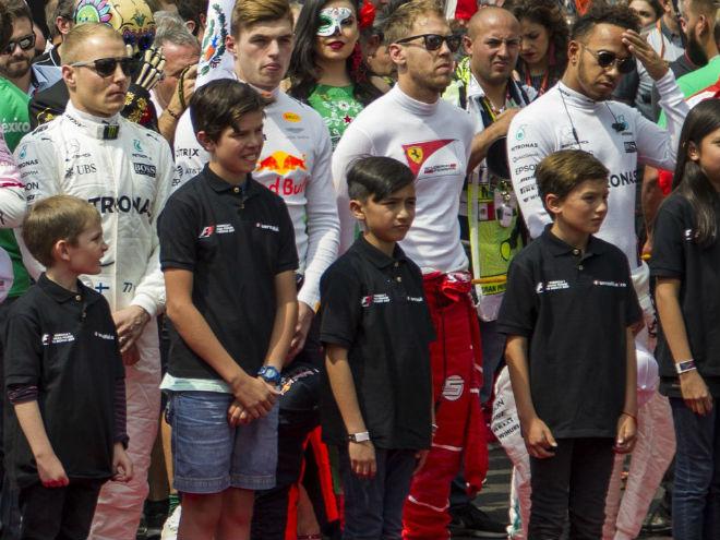 """Đua xe F1 2018: Thay thế """"chân dài"""", chỉnh giờ tránh World Cup 1"""