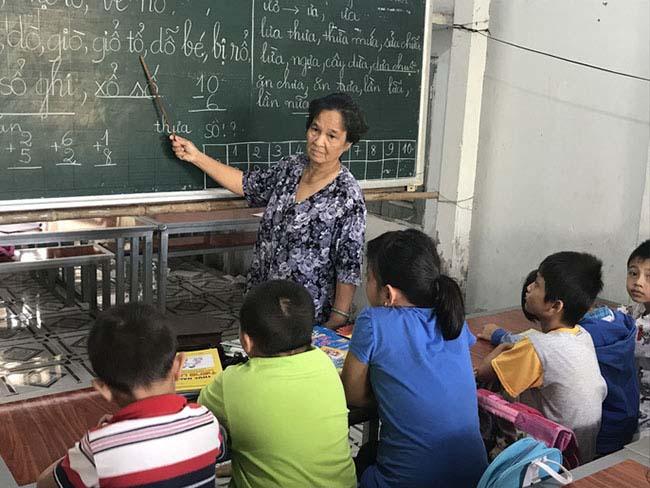Cô giáo 40 năm dạy chữ miễn phí cho trẻ nghèo - 1