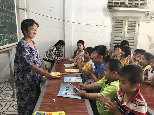 Cô giáo 40 năm dạy chữ miễn phí cho trẻ nghèo - 4