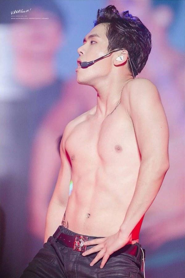 Loạt nam nhân Hàn khoe bụng múi ngay trên sân khấu khiến fan lụi tim - 6