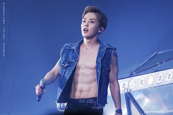 Loạt nam nhân Hàn khoe bụng múi ngay trên sân khấu khiến fan lụi tim - 10