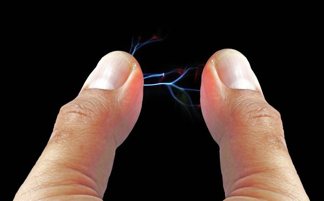 Vì sao bạn bị điện giật khi chạm vào đồ vật mùa đông? - 1