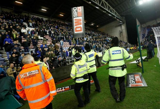 """Thua sốc, fan Man City nổi giận tấn công cảnh sát, đòi """"xử"""" trọng tài 2"""