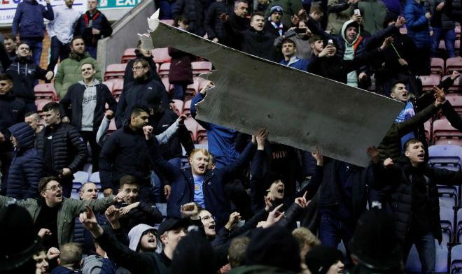 """Thua sốc, fan Man City nổi giận tấn công cảnh sát, đòi """"xử"""" trọng tài 3"""