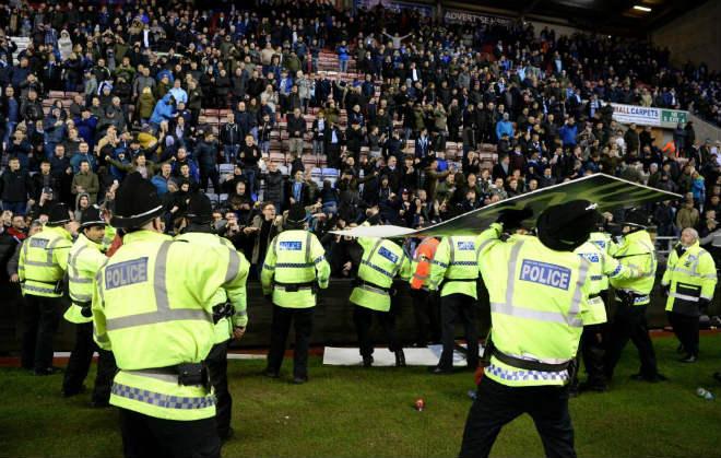 """Thua sốc, fan Man City nổi giận tấn công cảnh sát, đòi """"xử"""" trọng tài 4"""