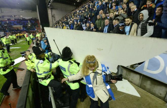 """Thua sốc, fan Man City nổi giận tấn công cảnh sát, đòi """"xử"""" trọng tài 6"""