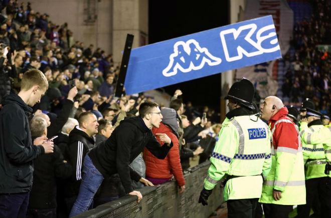 """Thua sốc, fan Man City nổi giận tấn công cảnh sát, đòi """"xử"""" trọng tài 7"""