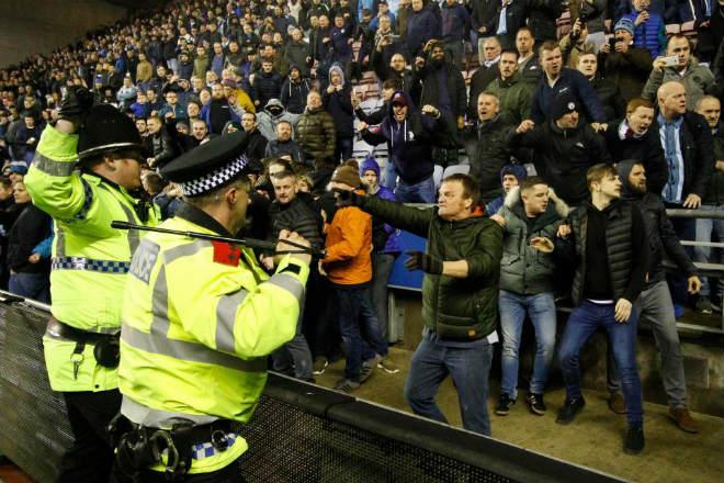 """Thua sốc, fan Man City nổi giận tấn công cảnh sát, đòi """"xử"""" trọng tài 8"""