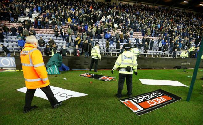 """Thua sốc, fan Man City nổi giận tấn công cảnh sát, đòi """"xử"""" trọng tài 9"""