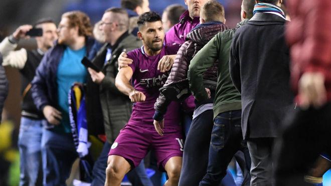 """Thua sốc, fan Man City nổi giận tấn công cảnh sát, đòi """"xử"""" trọng tài 10"""