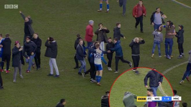 Man City thua sốc FA Cup: Aguero đánh CĐV, đối mặt án phạt nặng 1