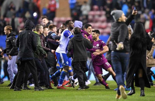 Man City thua sốc FA Cup: Aguero đánh CĐV, đối mặt án phạt nặng 3