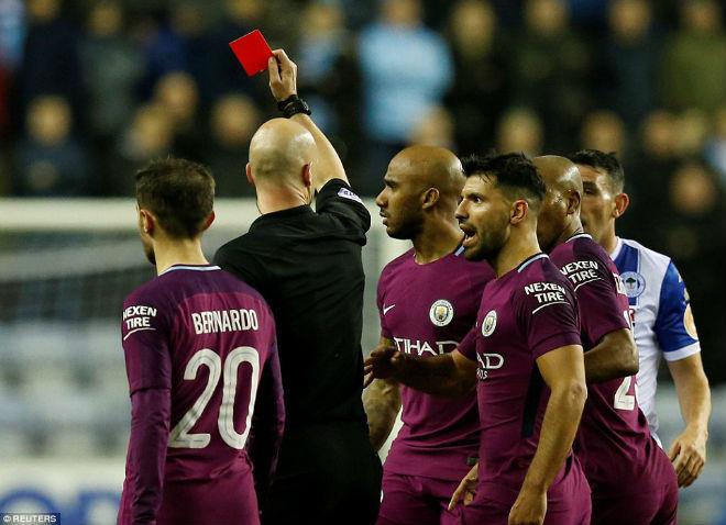 """Thua sốc, fan Man City nổi giận tấn công cảnh sát, đòi """"xử"""" trọng tài 1"""
