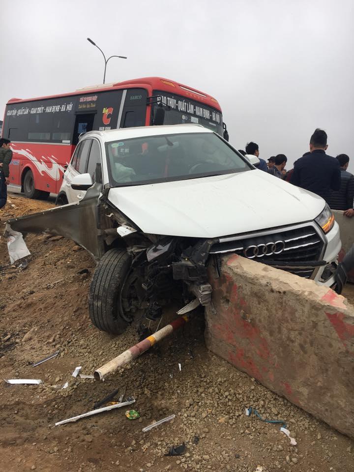 """Xe khách đâm bẹp """"xế hộp"""" trên cao tốc, nhiều người la hét kêu cứu"""