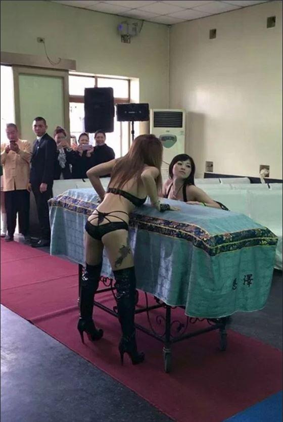 Nhức mắt cảnh vũ nữ thoát y nhảy tưng bừng tại đám ma ở TQ