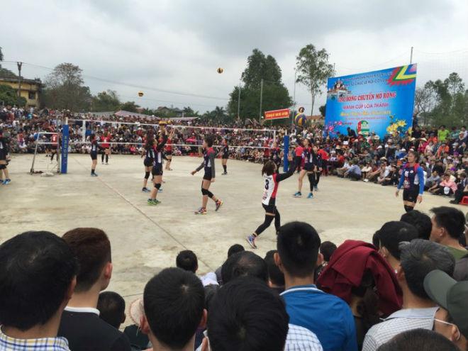 """Kim Huệ dẫn dàn """"chân dài"""" bóng chuyền về đấu giải làng: Vui như hội 6"""
