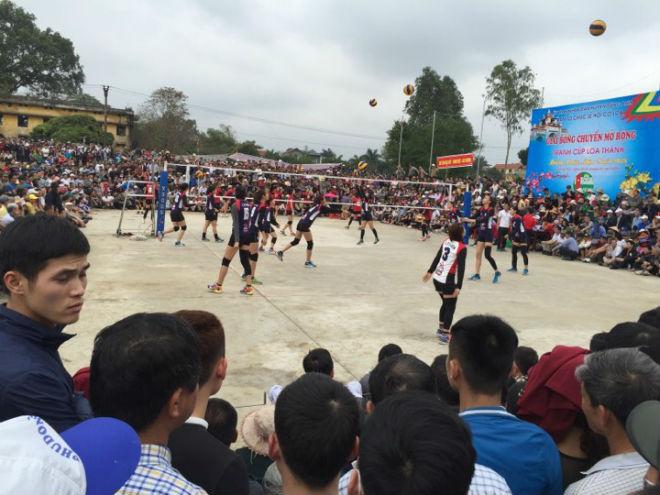 """Kim Huệ dẫn dàn """"chân dài"""" bóng chuyền về đấu giải làng: Vui như hội 7"""