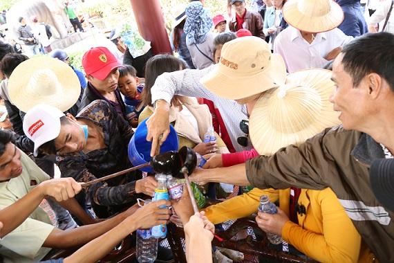 Ngàn người chen chân trẩy hội Tây Sơn, uống nước giếng cầu may - 7